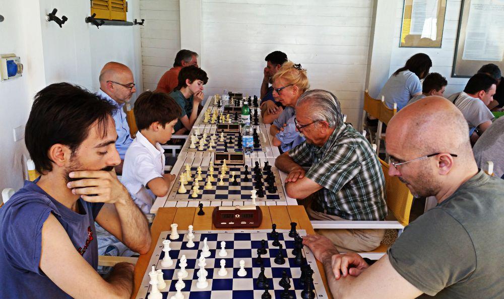 Il vincitore Mazzini, a destra, contro Calcagnile